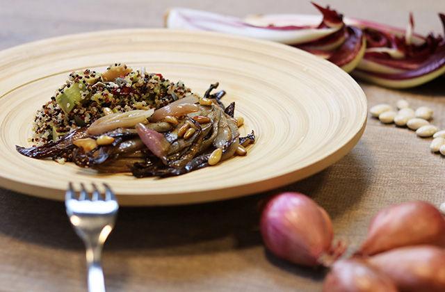 Quinoa con avocado, fagioli bianchi, radicchio e pinoli