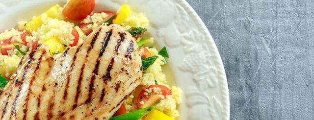 Piatto unico: cous cous con verdure, olive nere e petto di pollo