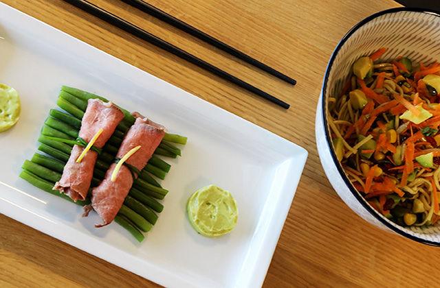 Roastbeef e noodles con avocado e carote