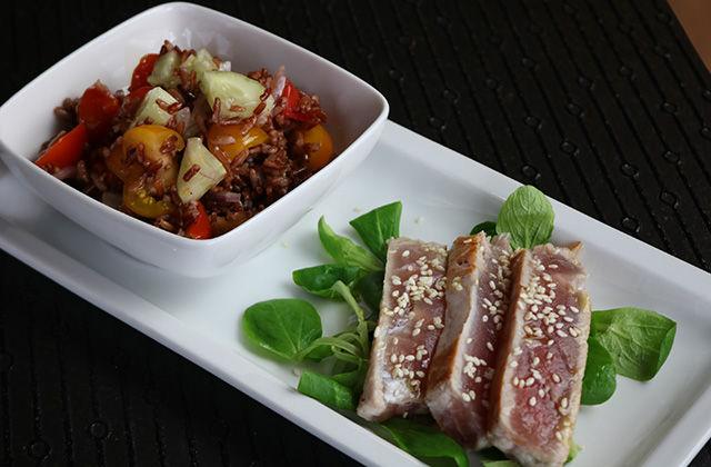 Riso rosso con pomodorini, cetriolo e tonno scottato