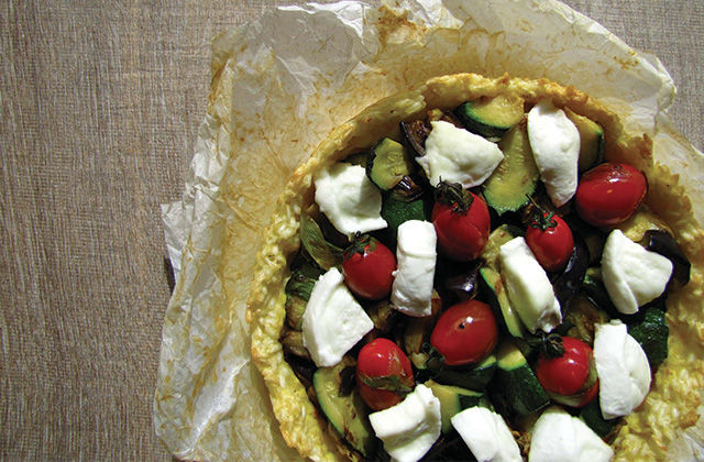 Crostata di riso guarnita con verdure