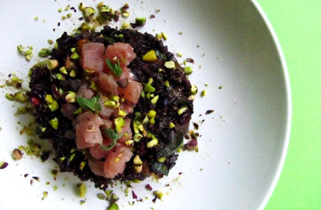 Riso venere con tartare di tonno e granella di pistacchi