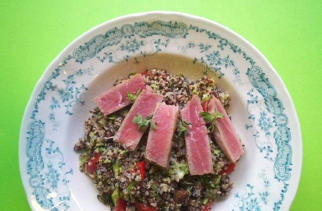Quinoa tricolore fredda con zucchine marinate e tonno scottato