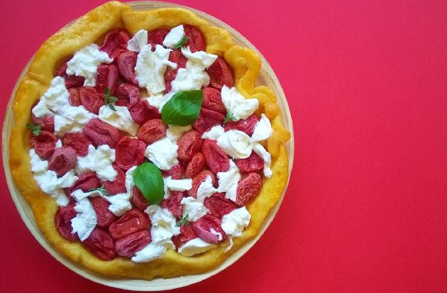 Pizza tatin con pomodorini e burrata