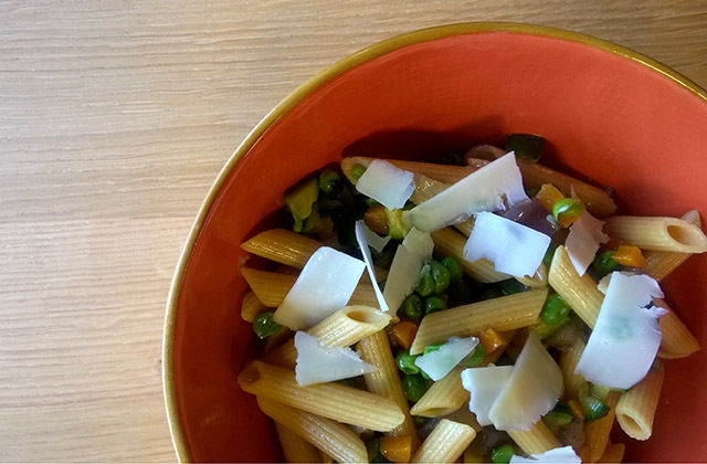 Penne integrali alle verdure con grana padano in scaglie