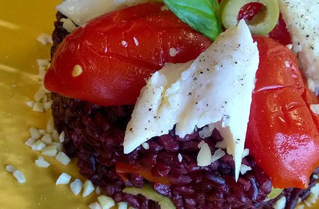 Riso venere con pesce, pomodorini confit, olive e mandorle